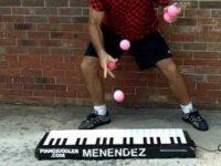 ジャグリングとピアノ演奏を同時に行う超絶パフォーマンス動画