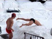 """超寒そう! 雪の中を""""泳ごう""""とする男二人組が無謀すぎた!"""