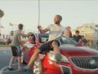 車とバスケットボールでビートを刻む! クールな超絶パフォーマンス
